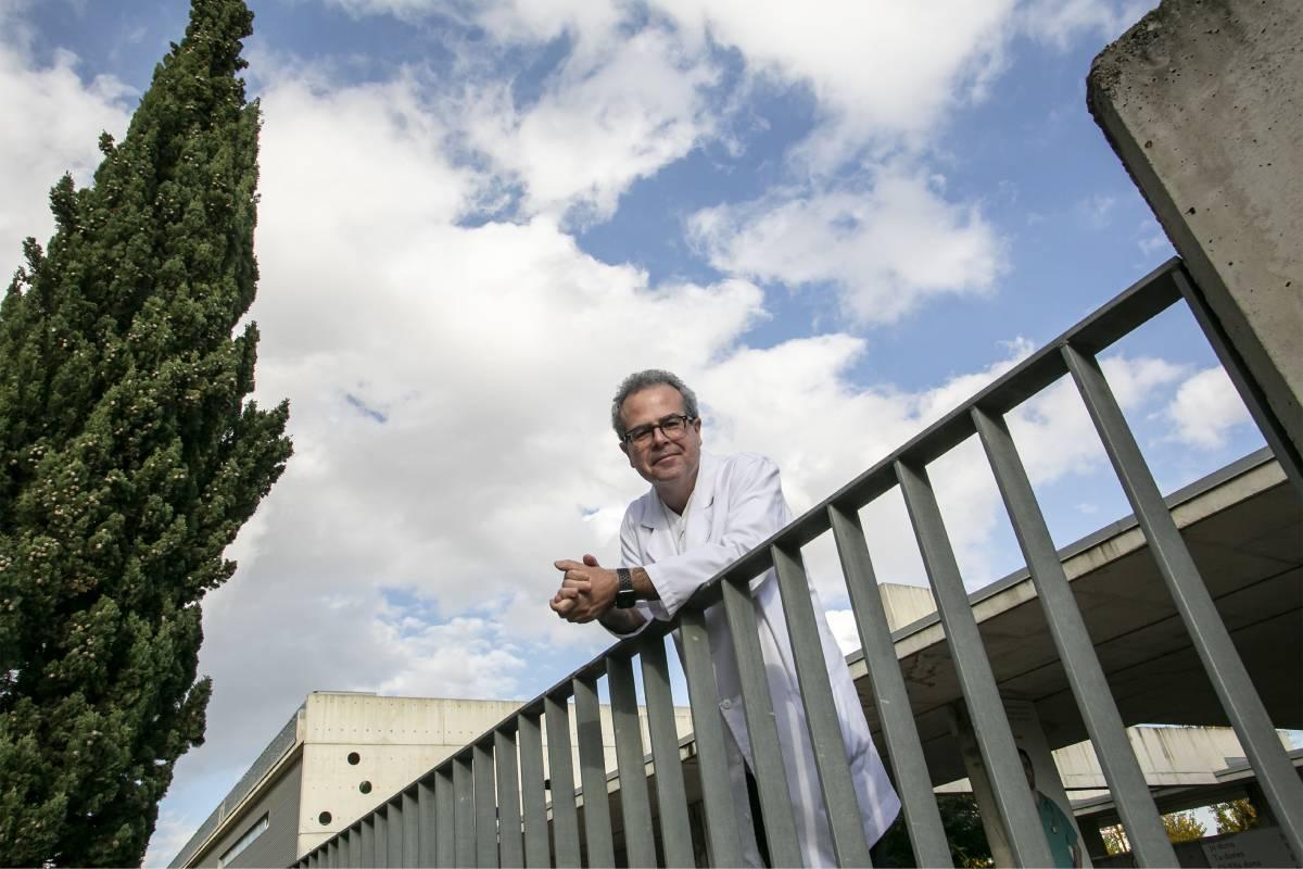 V�ctor Mayoral, presidente de la Sociedad Española del Dolor (SED), en el Hospital Universitario de Bellvitge, en Barcelona (Jaume Cosialls)