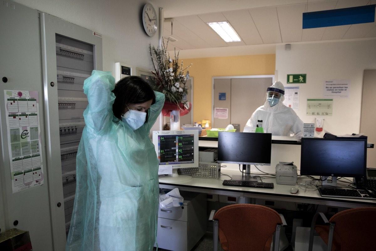 Una doctora se prepara para atender a un paciente covid en un hospital de la Comunidad de Madrid (FOTO: Alberto Di Lolli).