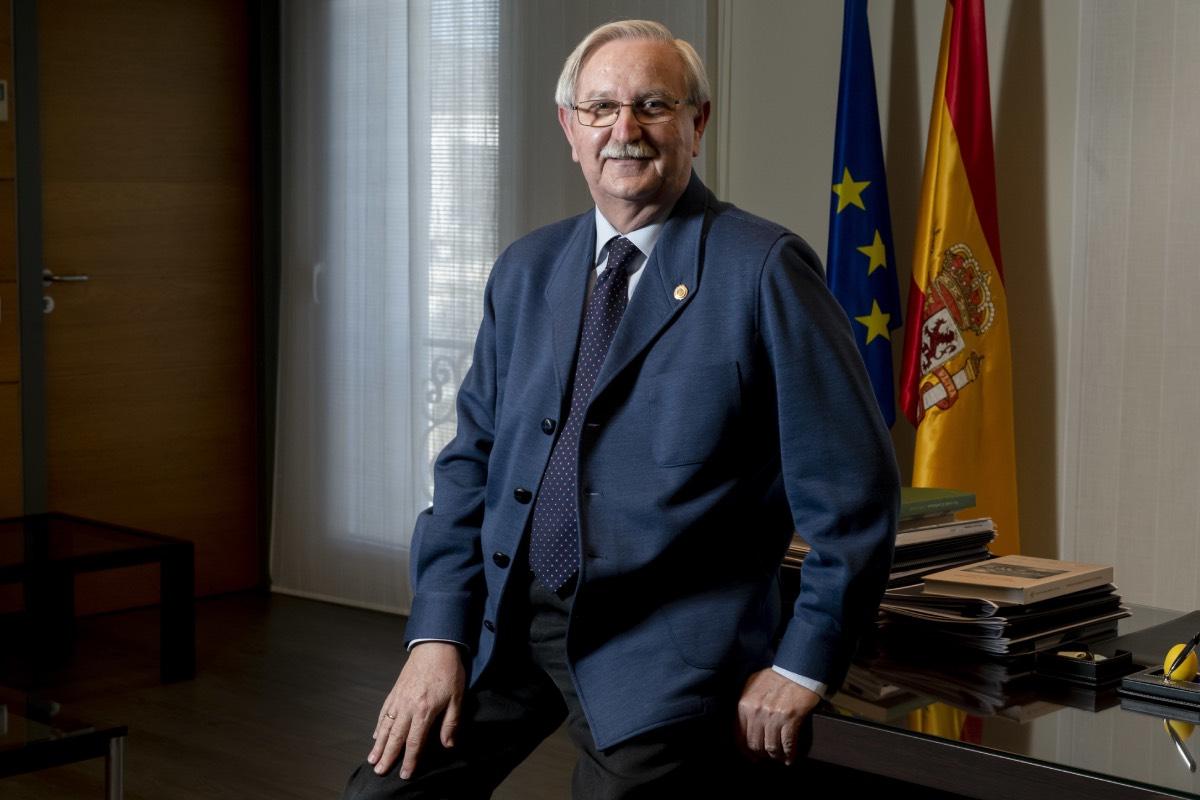 Serafín Romero, presidente del Consejo General de Colegios de Médicos y aspirante a la reelección, en la sede de la corporación colegial (FOTO: José Luis Pindado).