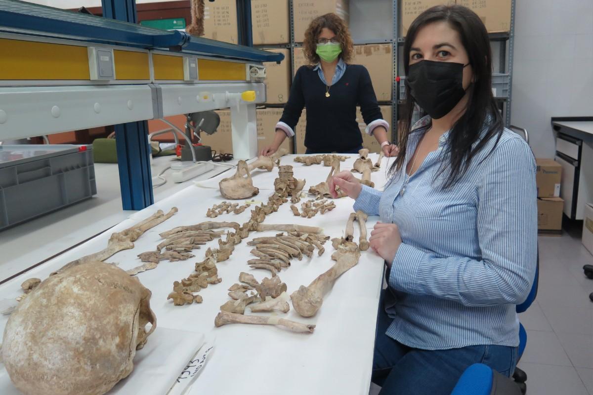 Carmen Alonso, en primer plano, y Belén López, del área de antropología física del Departamento de Biología de Organismos y Sistemas de la Universidad de Oviedo.
