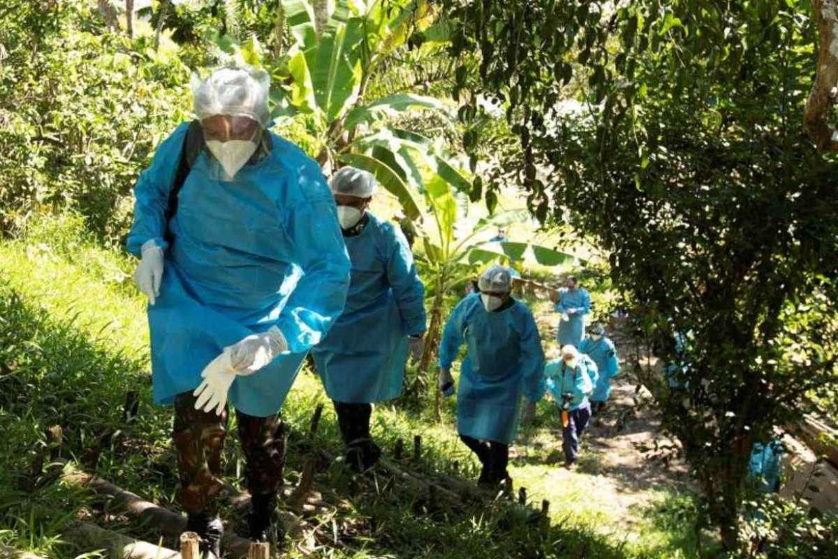 Personal de fuerzas armadas se desplaza en una zona de Brasil limítrofe con Perú para asistir a afectados por covid-19.