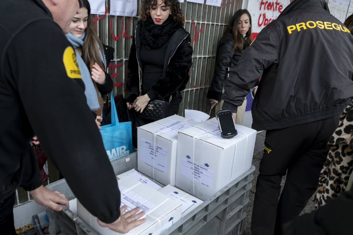 Agentes de seguridad llevando las cajas con los exámenes MIR, EIR y FIR 2020 a las aulas donde se realizarán las pruebas (Foto: José Luis Pindado)
