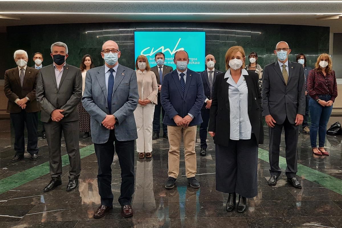 Cosme Naveda, en primer plano, rodeado de los miembros de la directiva que le acompañará durante su sexto mandato (FOTO (Colegio de Bizkaia).
