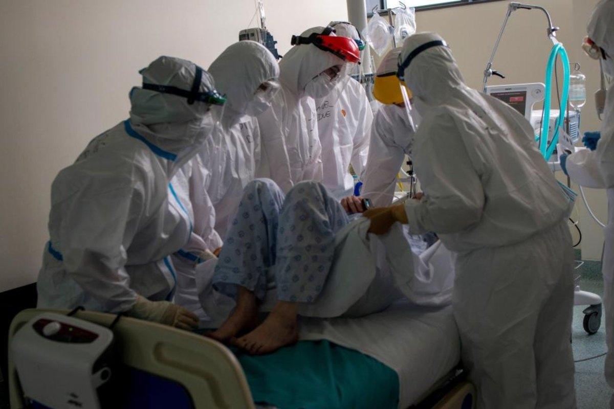 Sanitarios atienden a un paciente con coronavirus