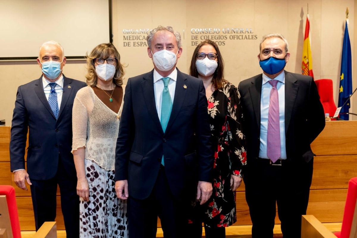 Cobo, en el centro, al frente de la Comisión Permanente surgida de las urnas, con Rosa Arroyo y Enrique Guilabert a la derecha del ya presidente (FOTO: José Luis Pindado).