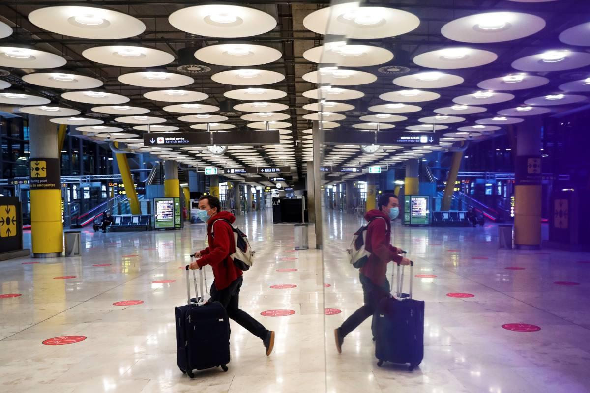 El Gobierno limita la entrada de viajeros de algunos países para cerrar el paso a nuevas variantes.