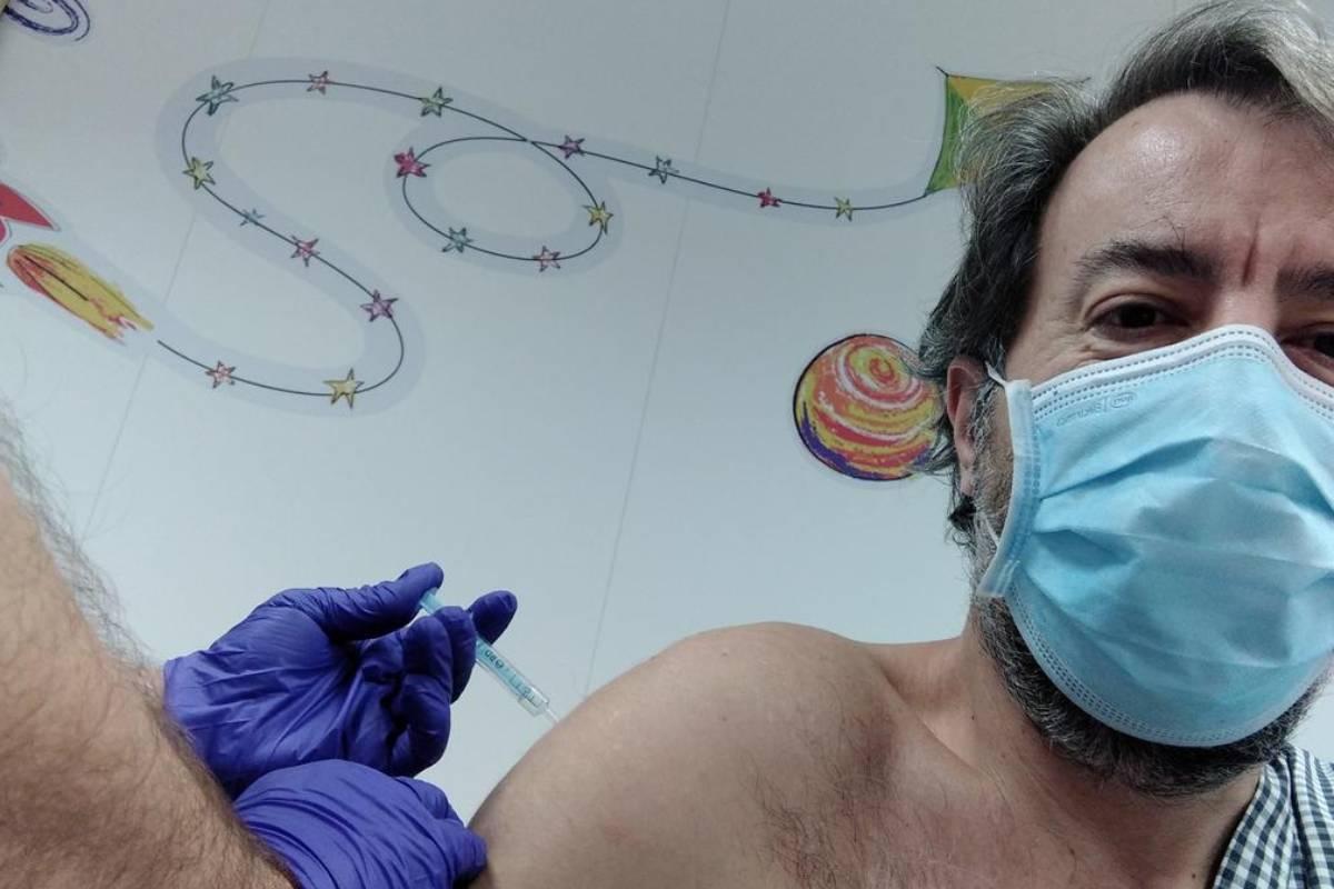 Guillermo Bagar�a, vocal de oficina de farmacia del COF de Barcelona, recibiendo la vacuna de AstraZeneca.