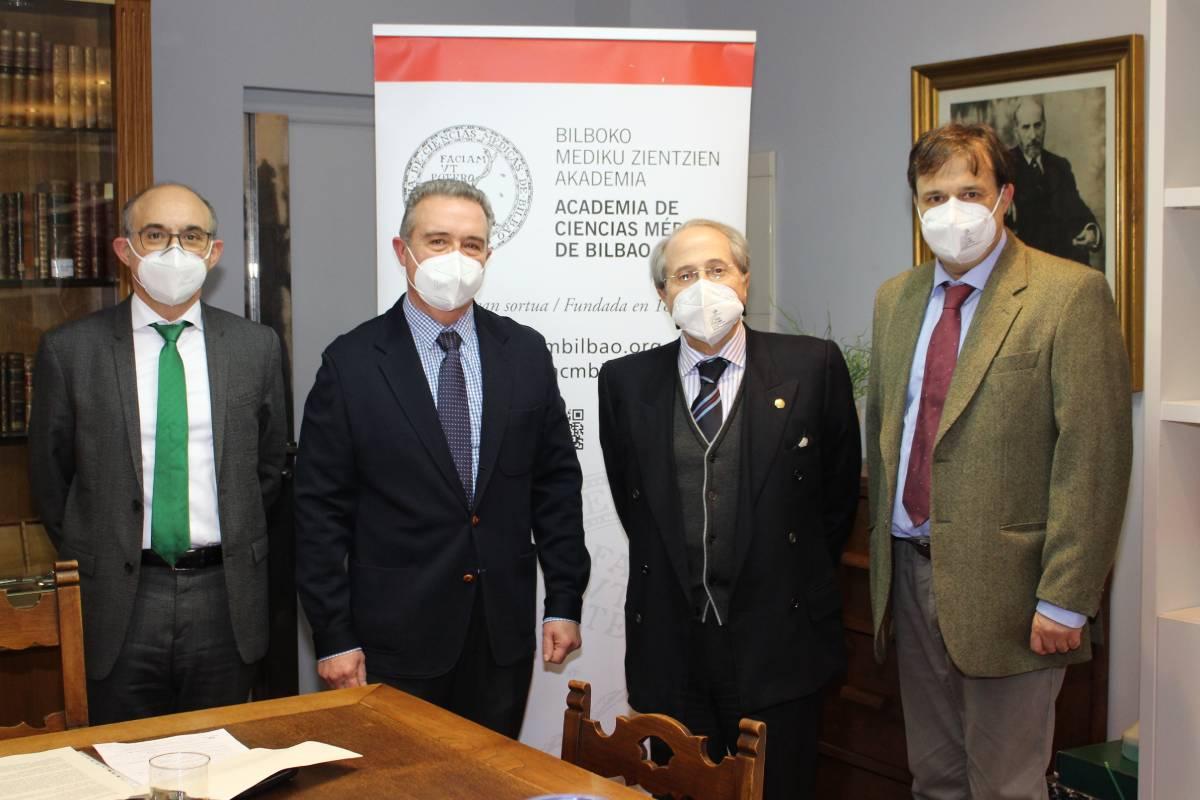 Integrantes de la Academia de Ciencias Médicas de Bilbao: Juan del Arco y Antonio del Barrio, presidentes de la sección de Farmacia; Ricardo Franco, presidente, y Alberto Mart�nez, vocal coordinador de secciones.