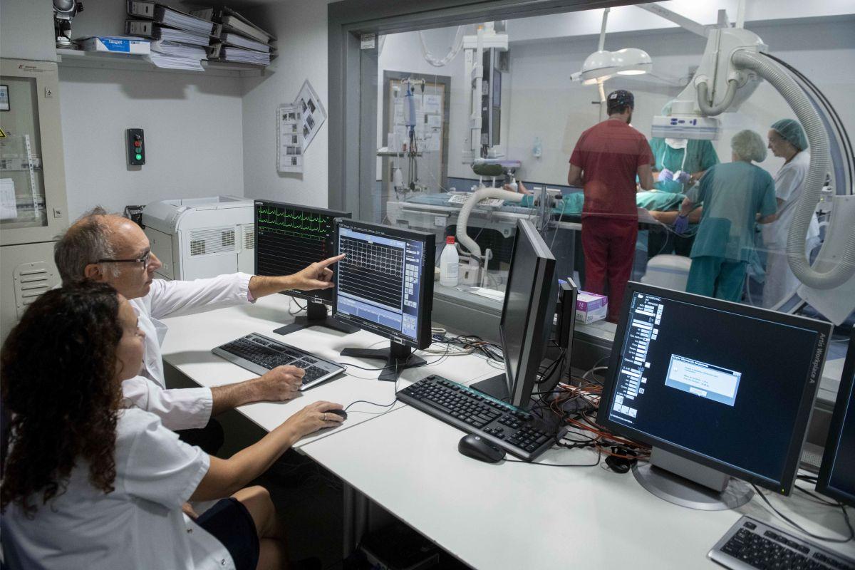 Cardiólogos del Hospital La Paz, de Madrid, revisan a un niño cardiópata.