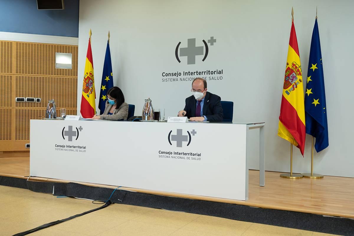 La ministra de Sanidad, Carolina Darias, y el ministro de Política Territorial y Función Publica, Miquel Iceta, durante la reunión del Consejo Interterritorial celebrada este miércoles.