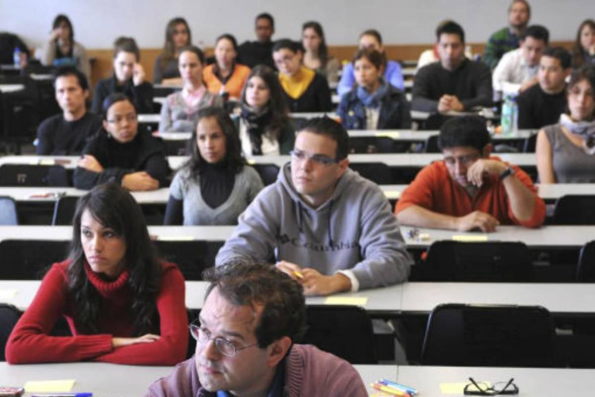Estudiantes escuchando clase en la facultad.