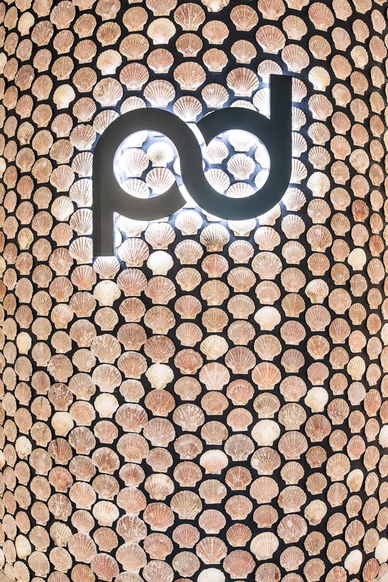 Farmacia Pablo Durán decidió forrar con conchas de vieira una pared entera. FOTO: Apotheka.
