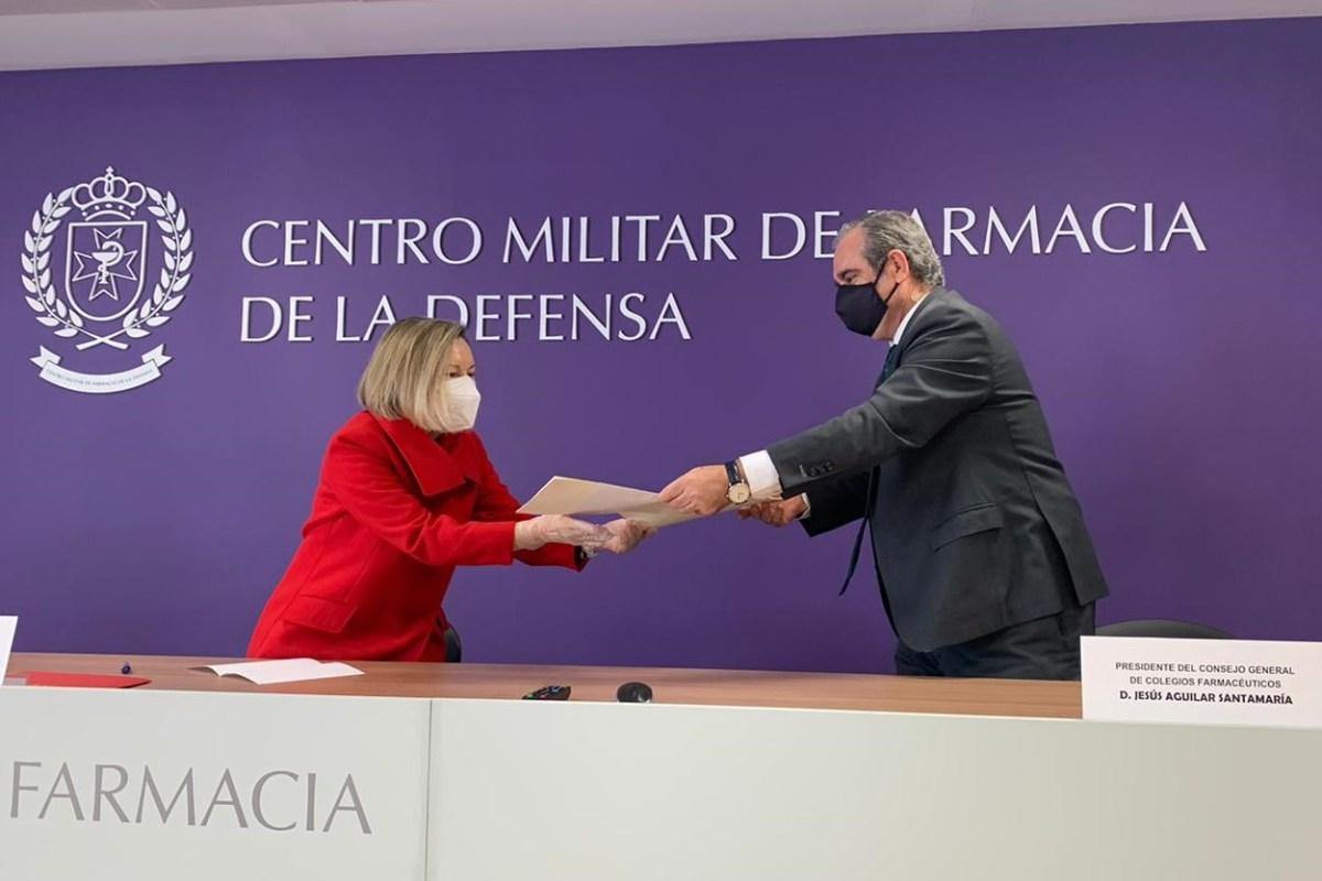 MaríaAmparo Valcarce, subsecretaria de Defensa, y Jesús Aguilar, presidente del Consejo General de COF, durante la firma del convenio.