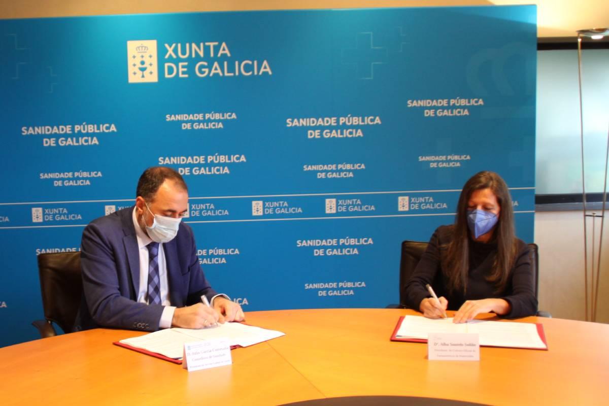 Julio Garc�a Comesaña, consejero de Sanidad de Galicia, y Alba Soutelo, presidenta del COF de Pontevedra, firmando el convenio.