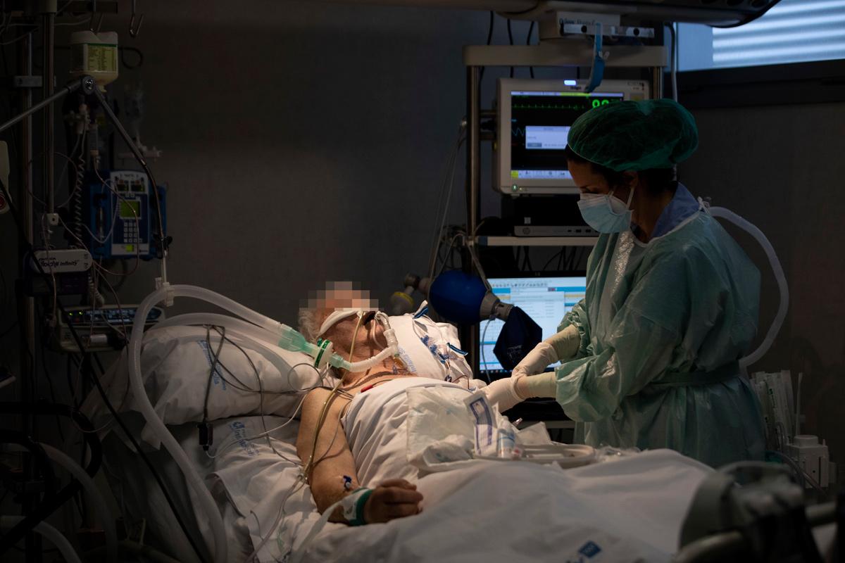 Enfermo de covid-19 intubado.