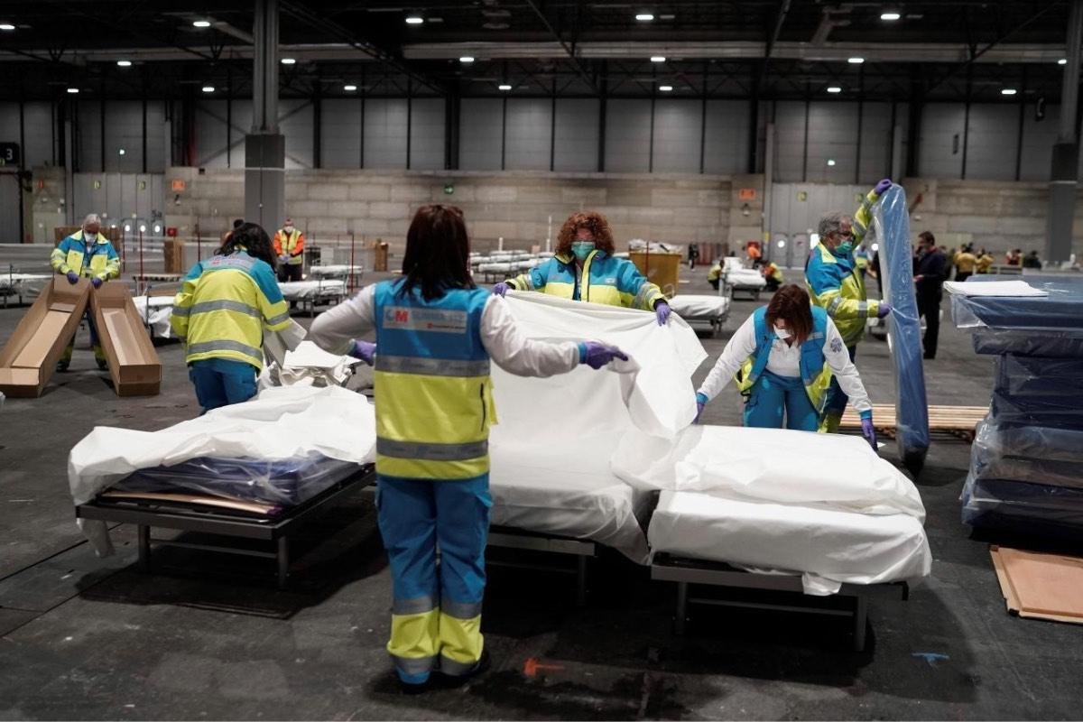 Varios sanitarios trabajan ultimando detalles en el Hospital de Ifema, en Madrid, durante la primera ola (FOTO: CAM)