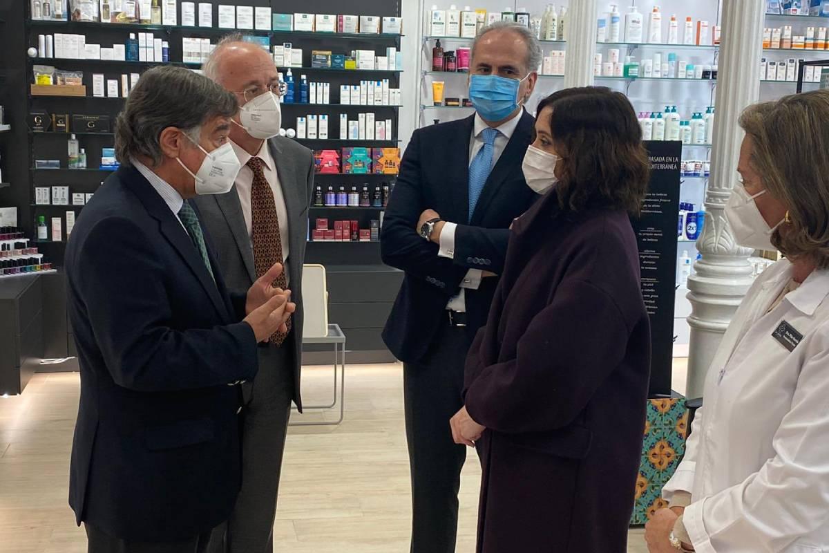 Luis González, presidente del COF de Madrid, e Isabel D�az Ayuso, presidenta de la Comunidad de Madrid, junto al consejero de Sanidad Enrique Ruiz Escudero, en la farmacia de Pilar Varela.