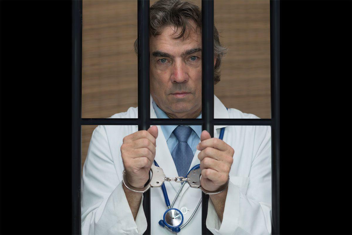 Los médicos de prisiones llevan años pidiendo que se cumpla la ley y pasen a formar parte de los servicios sanitarios autonómicos y no del Ministerio del Interior, donde están como un pez fuera del agua.