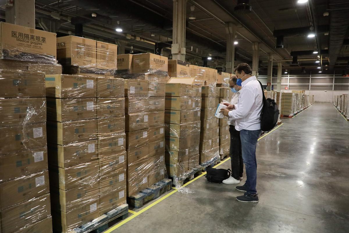 Responsables supervisando el material sanitario almacenado en Feria de Valencia.