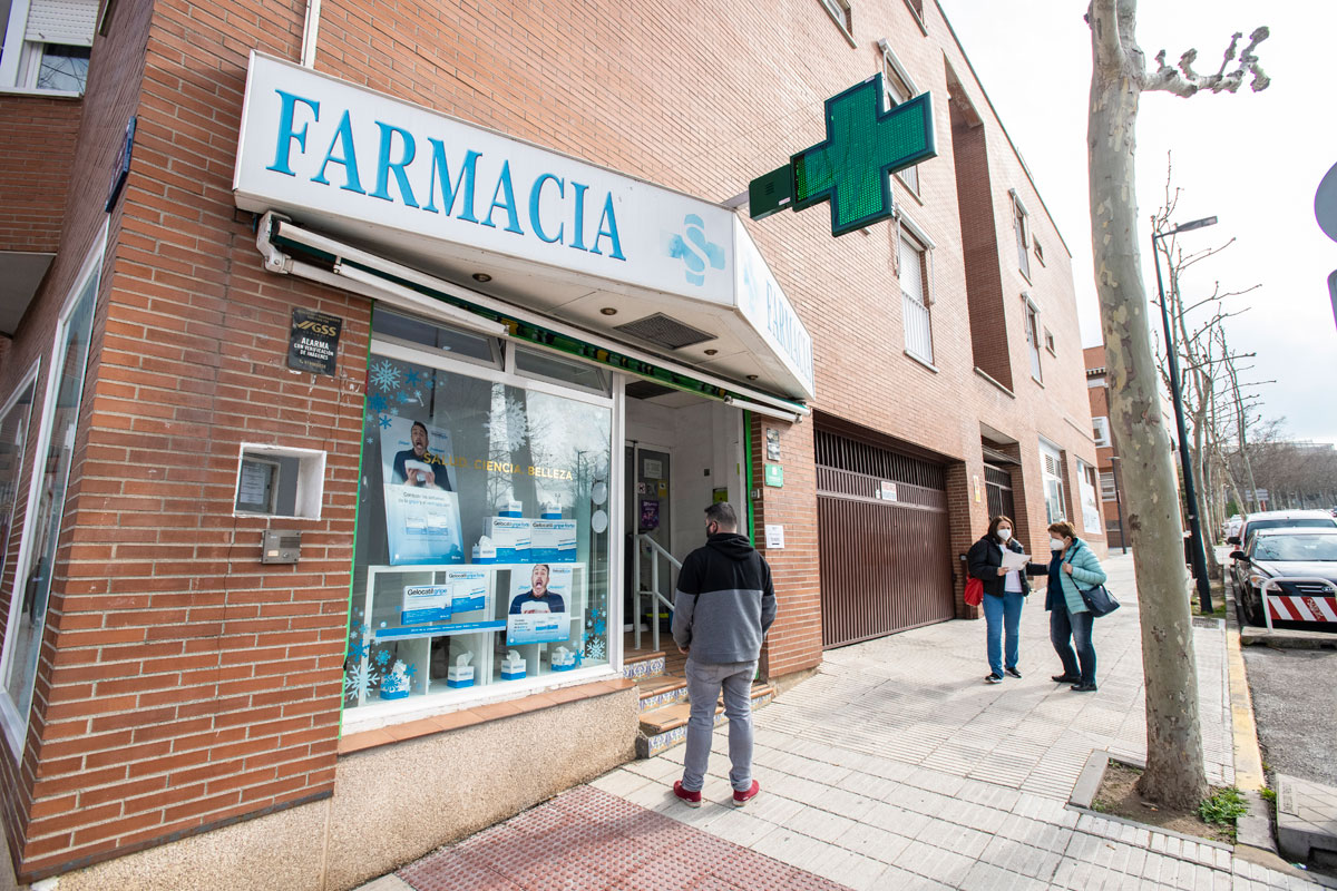 Pacientes esperando para hacerse un test de antígenos covid-19 en la farmacia de la calle Navarrondan 20, en San Sebastián de los Reyes, a cargo de la farmacéutica Navidad Sánchez Marcos (Foto: Mauricio Skrycky)