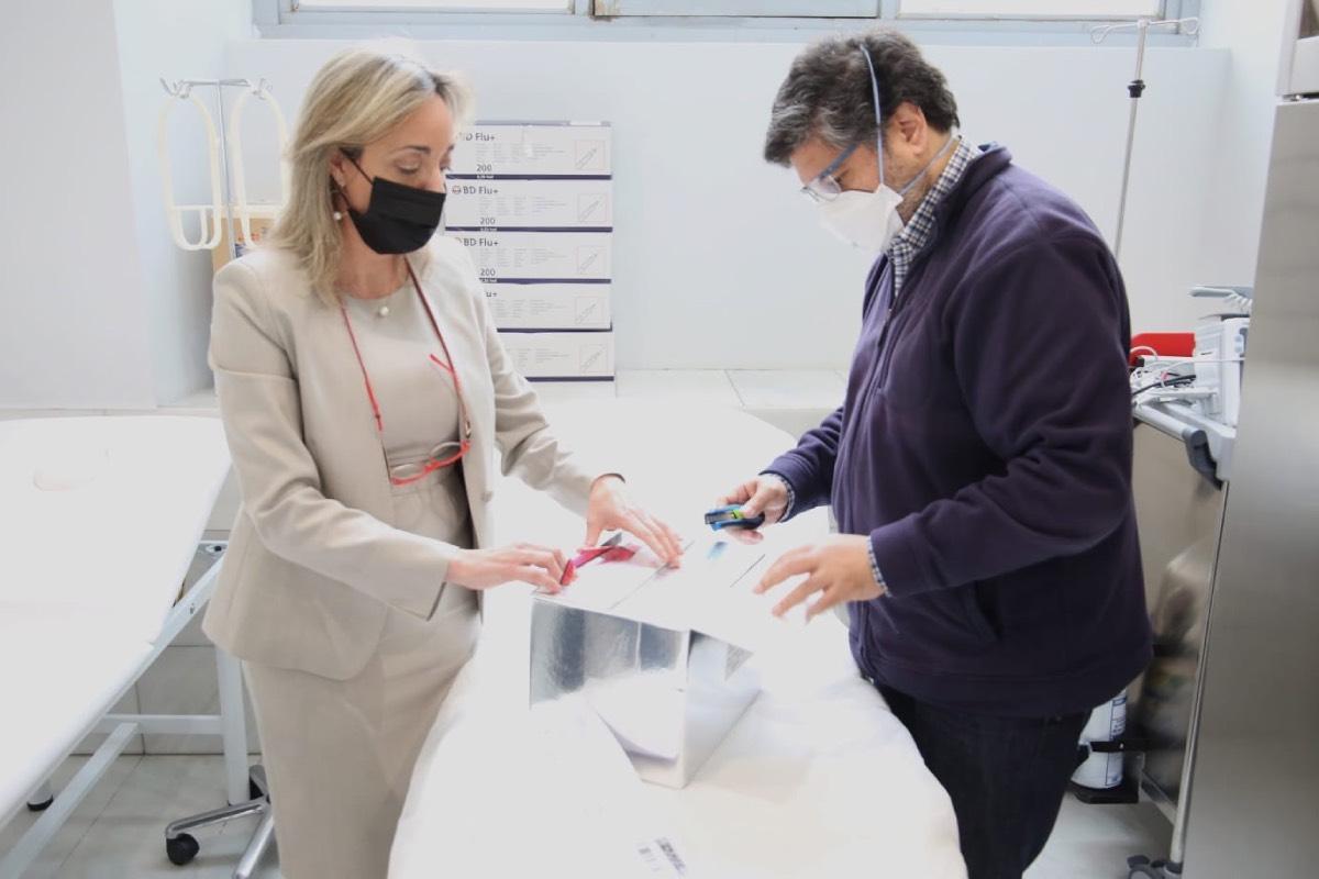 María Cordón y José Antonio Valero abren el primer lote de vacunas que ha llegado al colegio (FOTO: Icomem).