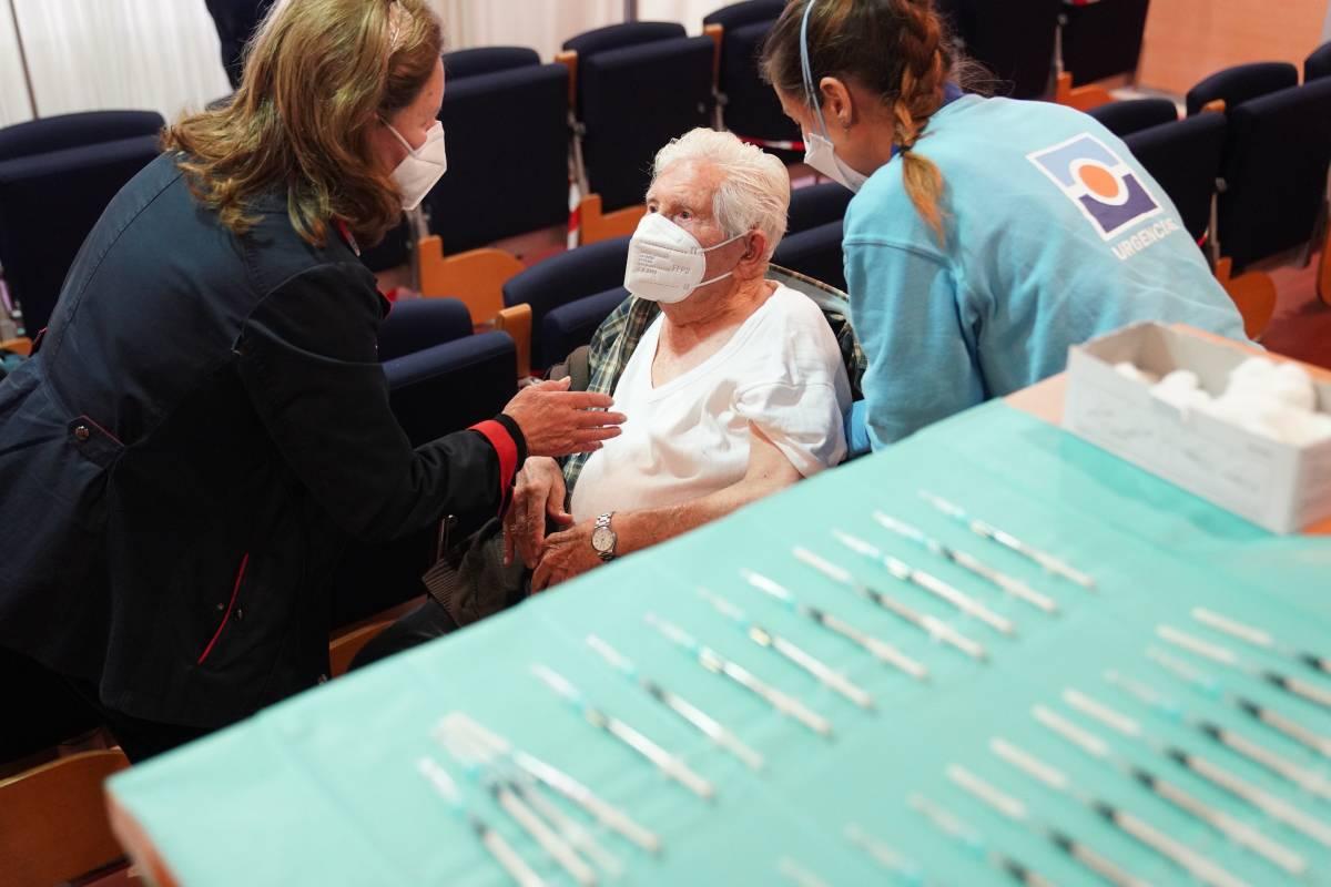Una anciana mayor de 80 años espera a ser vacunada en un centro sanitario (Junta de Andalucía)