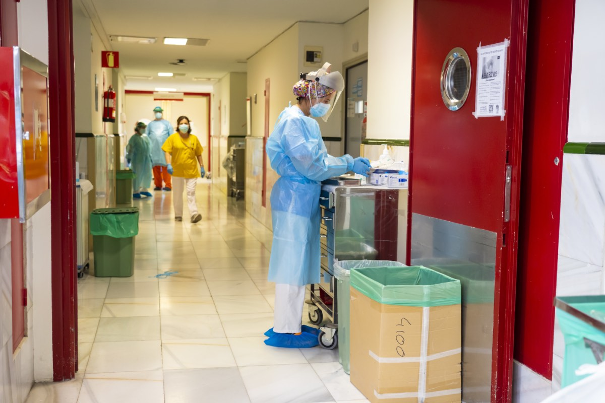 Una sanitaria trabaja en la Unidad de Enfermedades Infecciosas del Hospital Gregorio Marañón, de Madrid (FOTO: Ángel Navarrete).