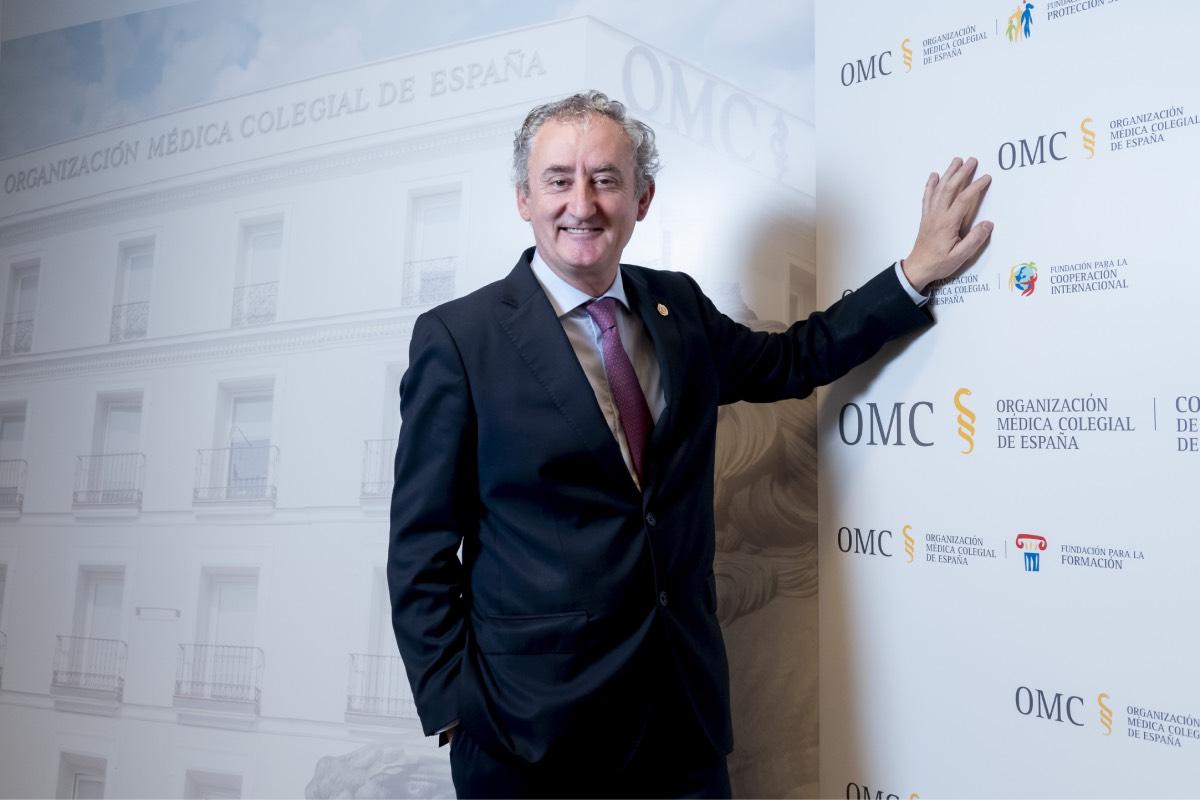 Un exultante Tomás Cobo, en la sede de la Organización Médica Colegial (FOTO: José Luis Pindado).
