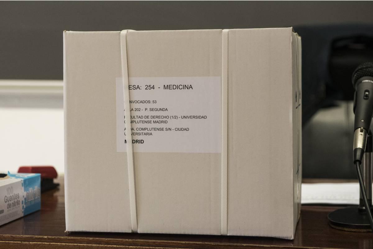 Una de las cajas con las copias del examen MIR 2021, en una de las aulas de la Facultad de Derecho de la UCM (Foto: Luis Camacho)