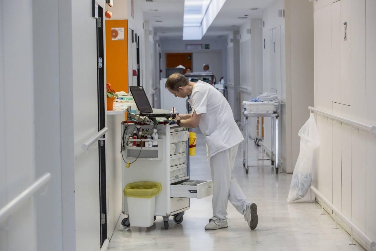 Asturias aprueba el decreto que permite a las enfermeras indicar y autorizar la dispensación de fármacos y otros productos sanitarios. FOTO: Ariadna Creus y Ángel García (Banc Imatges Infermeres).