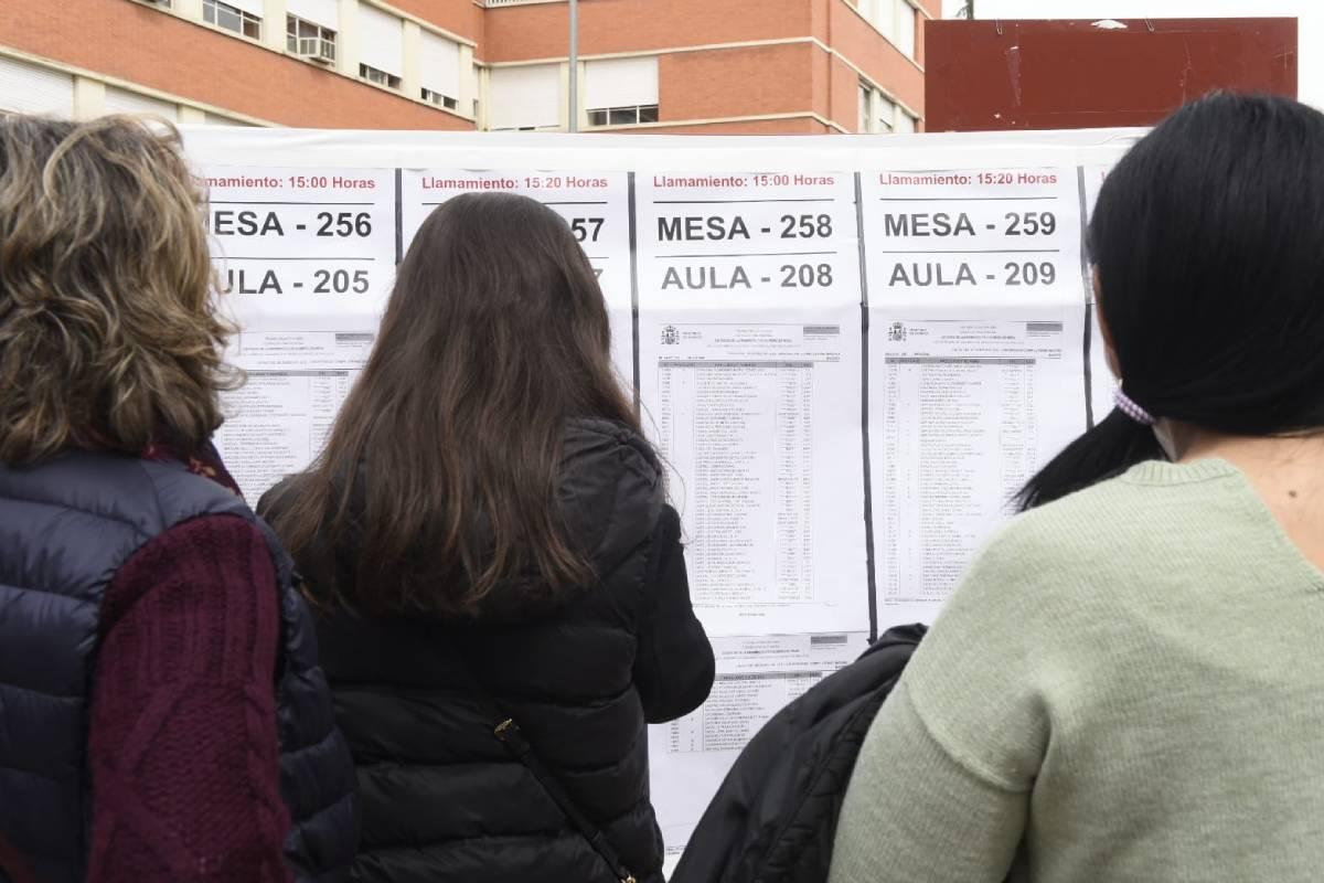 Unos estudiantes aspirantes a una de las plazas MIR comprueban dónde tienen que hacer el examen. Fotos: José Luis Pindado/Luis Camacho.