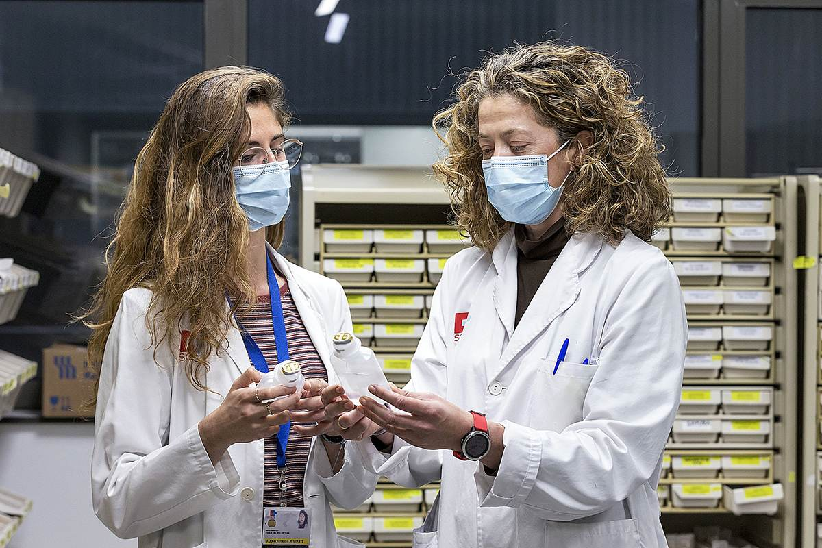 Paula del Río (R3 de Farmacia Hospitalaria) y Teresa Giménez (tutora) explican en primera persona cómo ha impactado la pandemia  en el proceso de formación de los futuros especialistas.