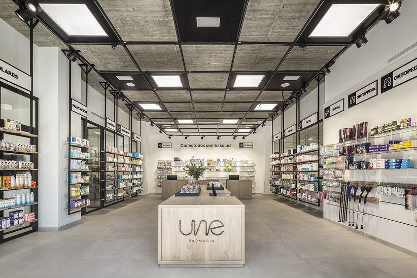 Une Farmacia, frente al nuevo Hospital Universitario y Politécnico La Fe, de Valencia emplea el vidrio, el hierro lacado en negro y la madera en su diseño. FOTO: Germán Cabo.