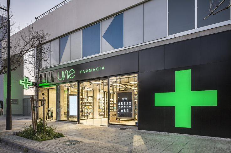 Farmacia Une tiene 164 m2 útiles, cuenta con una fachada de unos 14,50 m2 y está totalmente abierta.