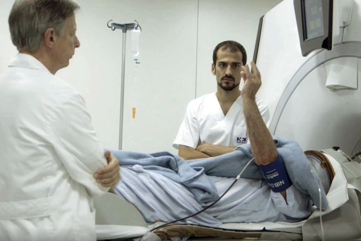 José A. Obeso, a la izquierda, supervisa otro de los procedimientos que realiza su equipo.