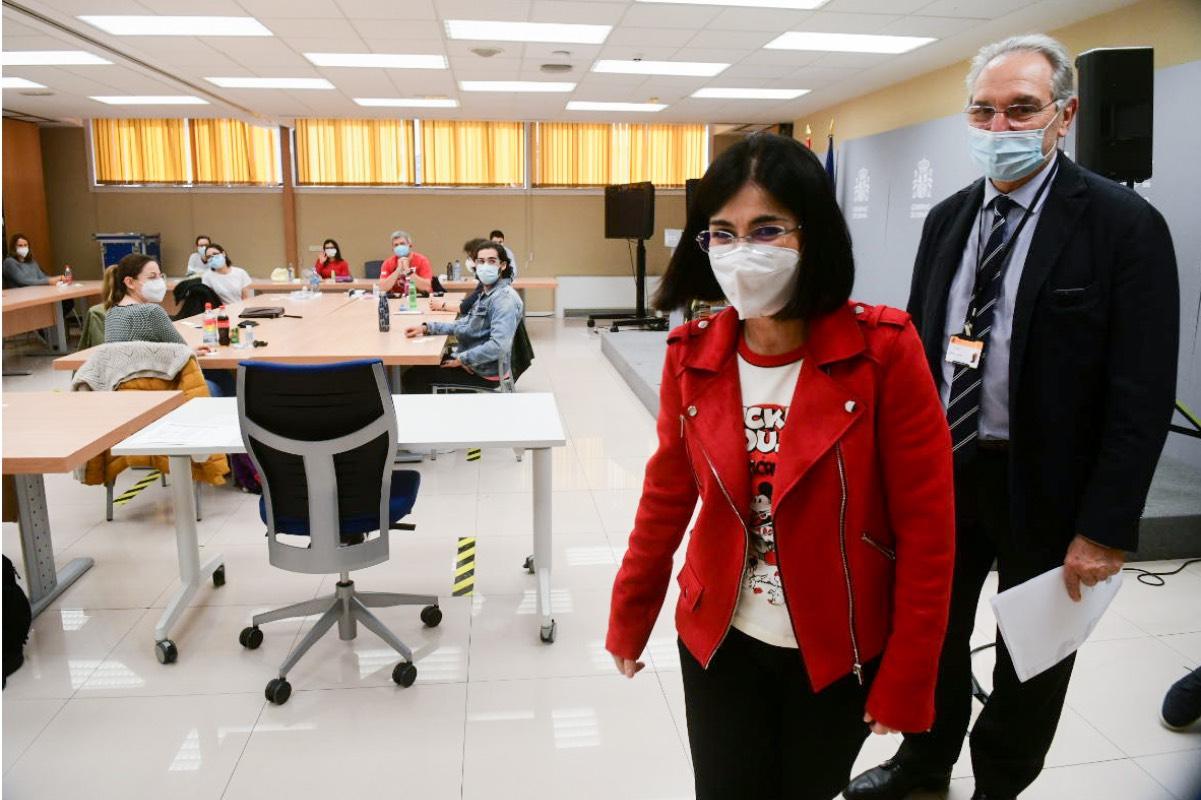 La ministra Carolina Darias, acompañada por Vicenç Martínez,director de Ordenación Profesional, tras dirigirse a los aspirantes (FOTO: José Luis Pindado).