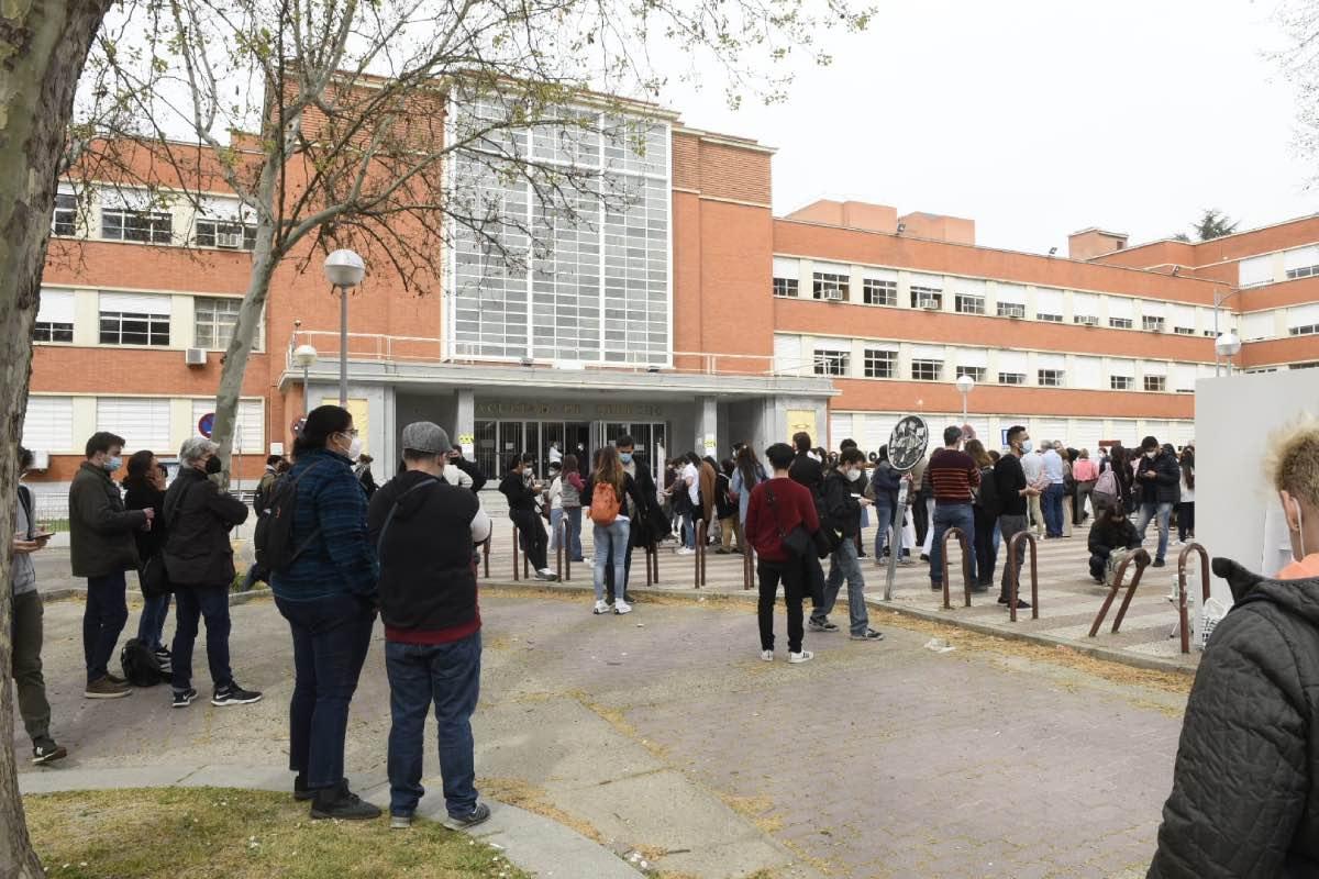 Aspecto general de la explanada situada frente a la Facultad de Derecho de la UCM minutos antes del comienzo de la prueba (FOTO: Luis Camacho).
