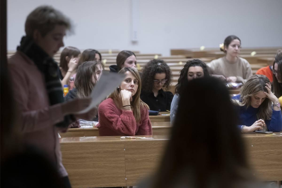 Candidatos de los exámenes de formación sanitaria especializada de 2020, a la espera de que comience la prueba (José Luis Pindado)
