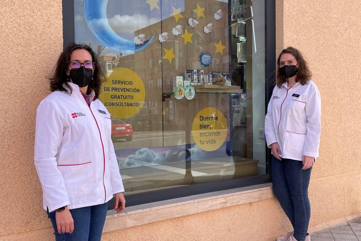 Elena Castelló Ortiz y Elena Cuéllar López, titular y auxiliar de la farmacia Castelló, en Aranjuez (Madrid), que participará en la campaña de Apoteca Natura.