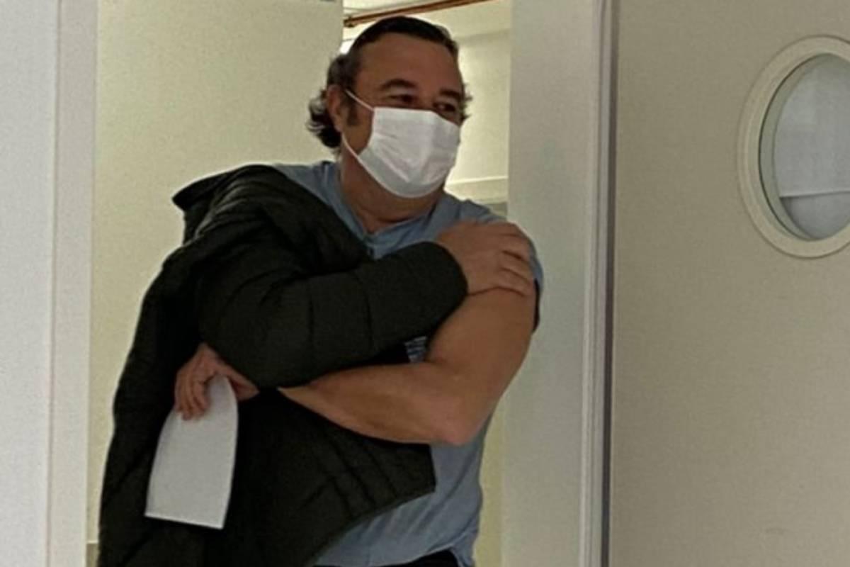 Carlos Mart�nez Medinilla, farmacéutico de Badajoz mayor de 55 años, recién vacunado.
