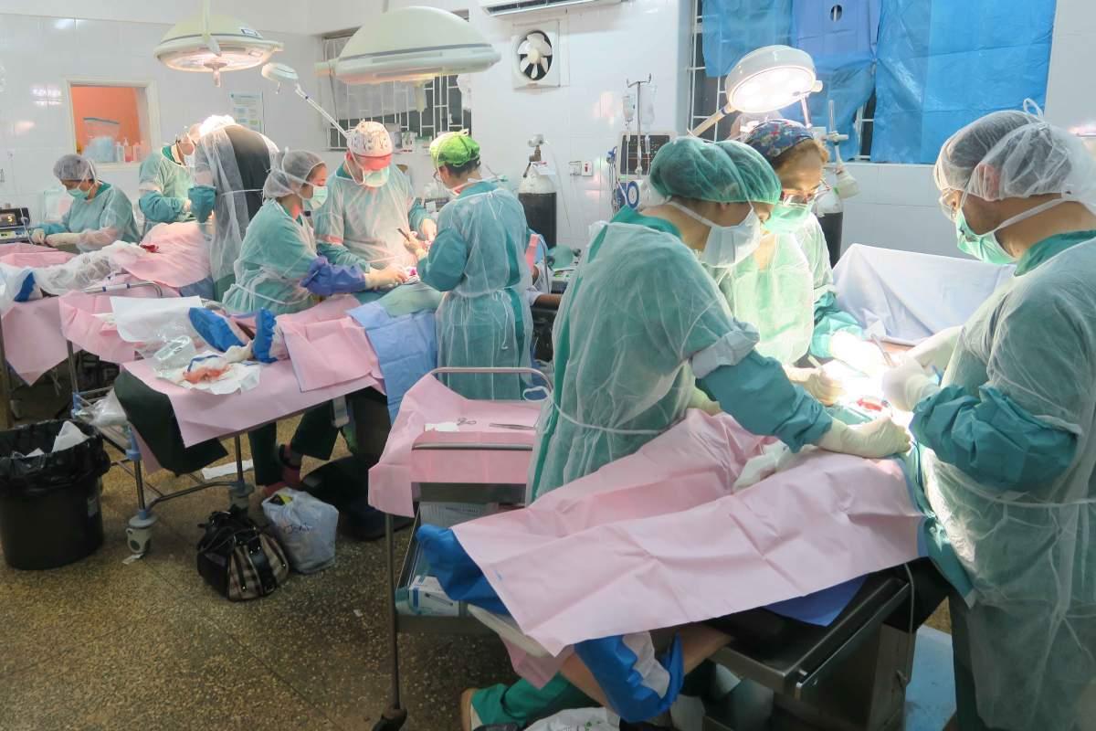 Miembros de la ONG Cirugía Solidaria en una campaña en Kenia, en 2019.