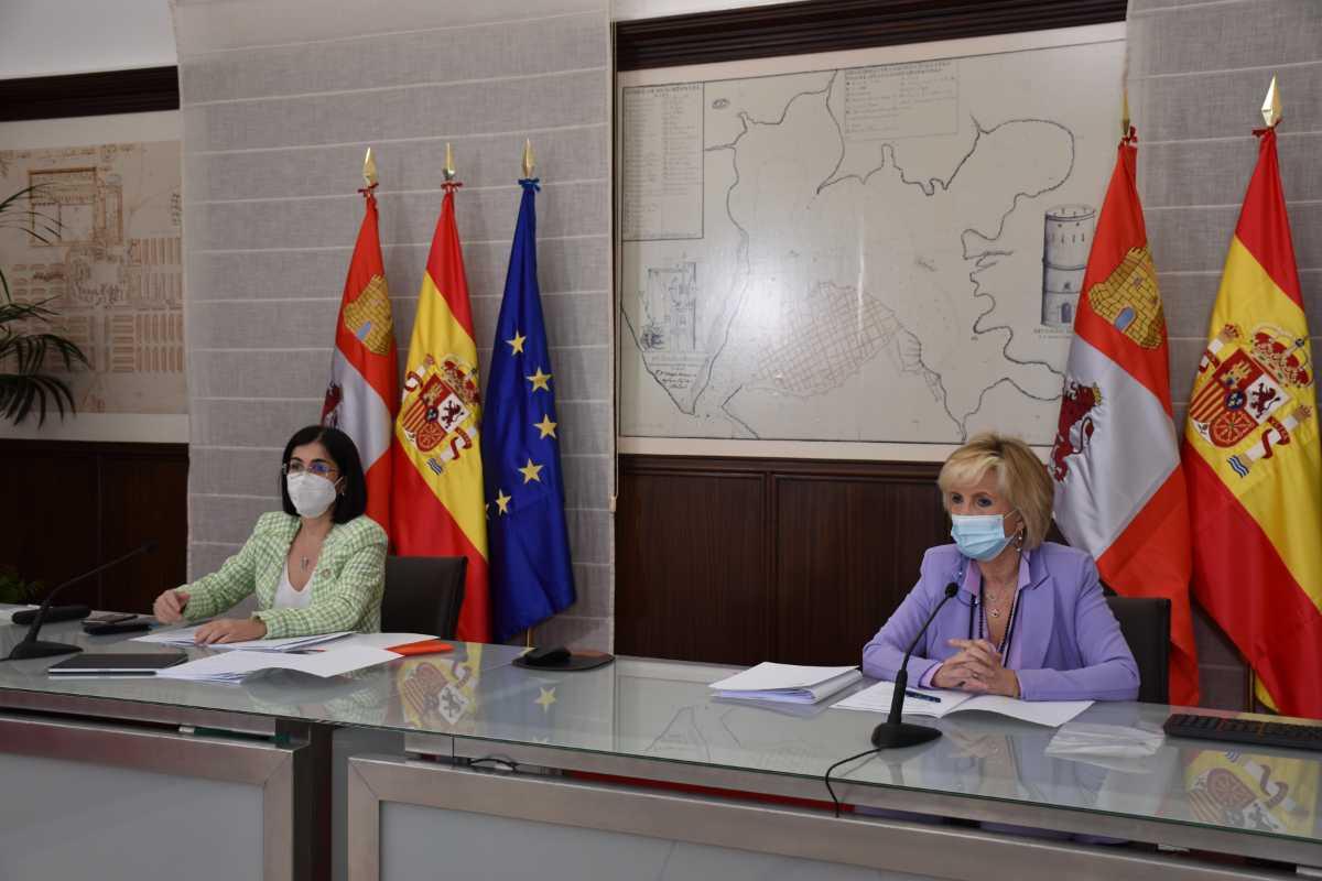 La ministra de Sanidad, Carolina Darias, y la consejera de Castilla y León, Verónica Casado, tras el Consejo Interterritorial de Salud, celebrado este miércoles en Valladolid.