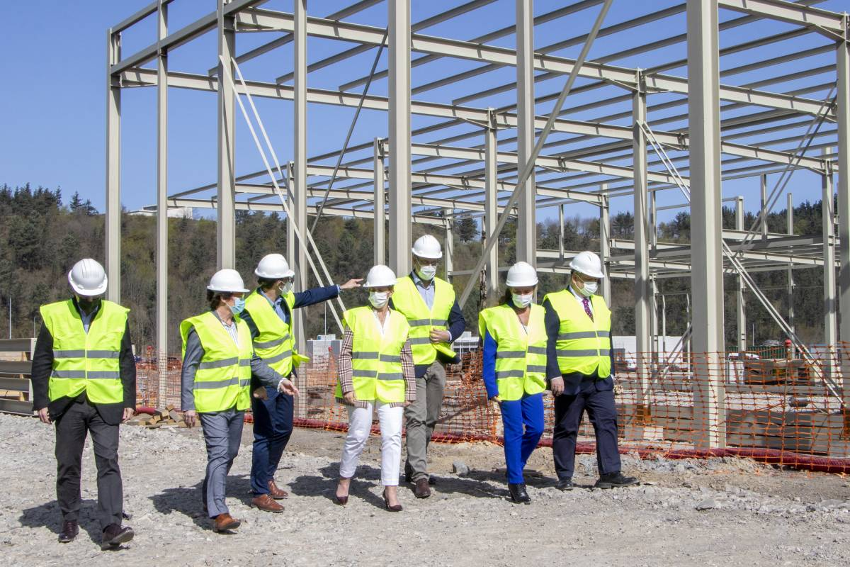 Las autoridades asistentes han recorrido la obra del nuevo almacén de DFG junto a los responsables de la compañía de distirbución farmacéutica.