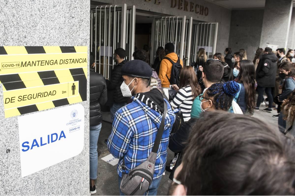 Los aspirantes pendientes de que les dejen entrar a las aulas de la Facultad de Derecho de la UCM para hacer el examen MIR 2021 (Foto: Luis Camacho)