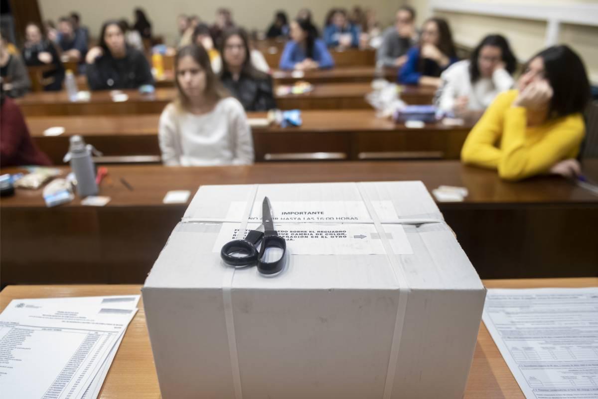 El paquete con los cuestionarios del examen FIR 2020 (José Luis Pindado)