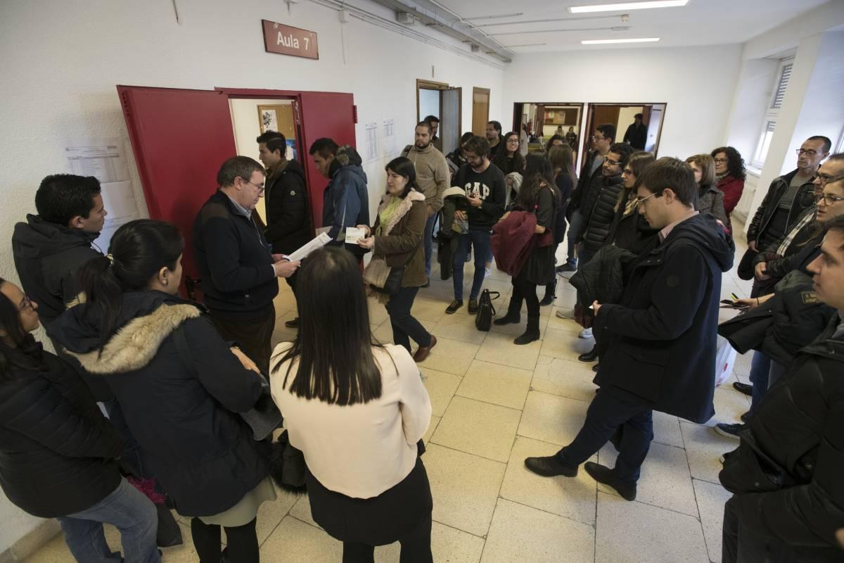 Candidatos del examen MIR 2019 entrando al aula donde realizarán el examen (Mauricio Skrycky)