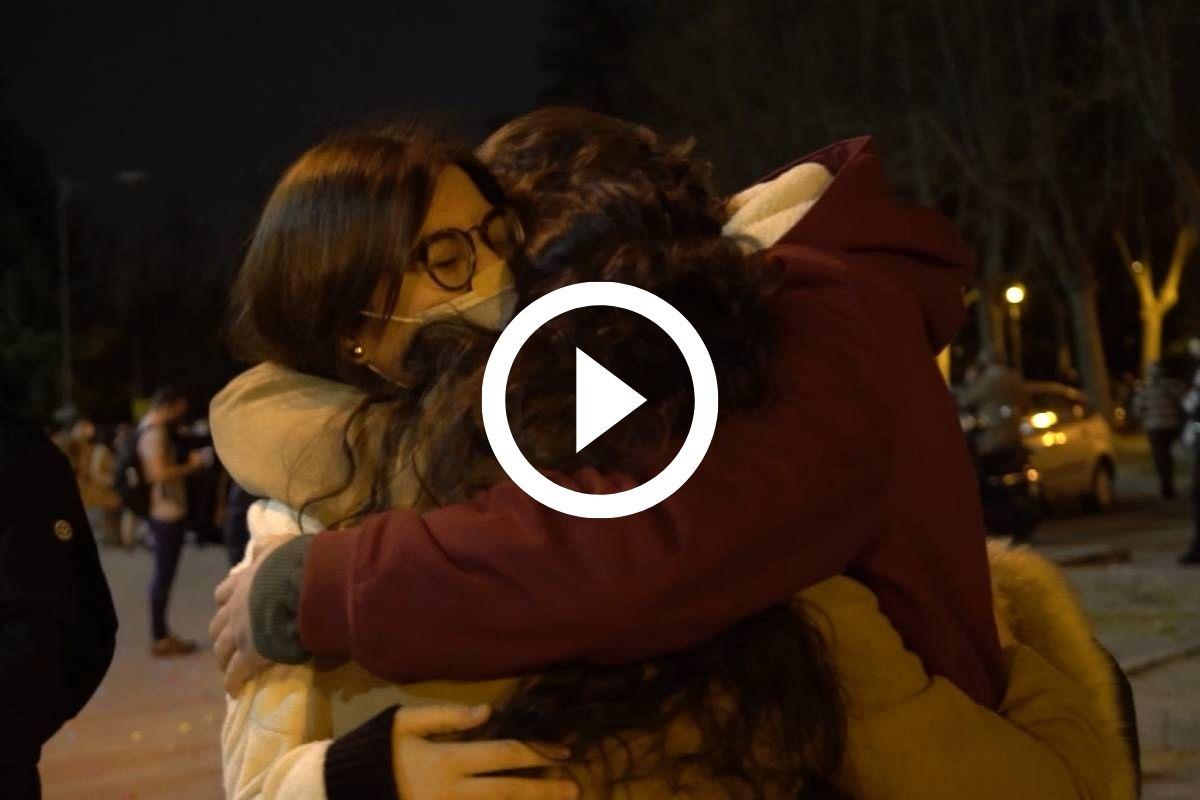 Candidatas del examen MIR 2021 abrazándose a la salida de la prueba (Vídeo: Carlos García Onetti / Fotos: José Luis Pindado y Luis Camacho))