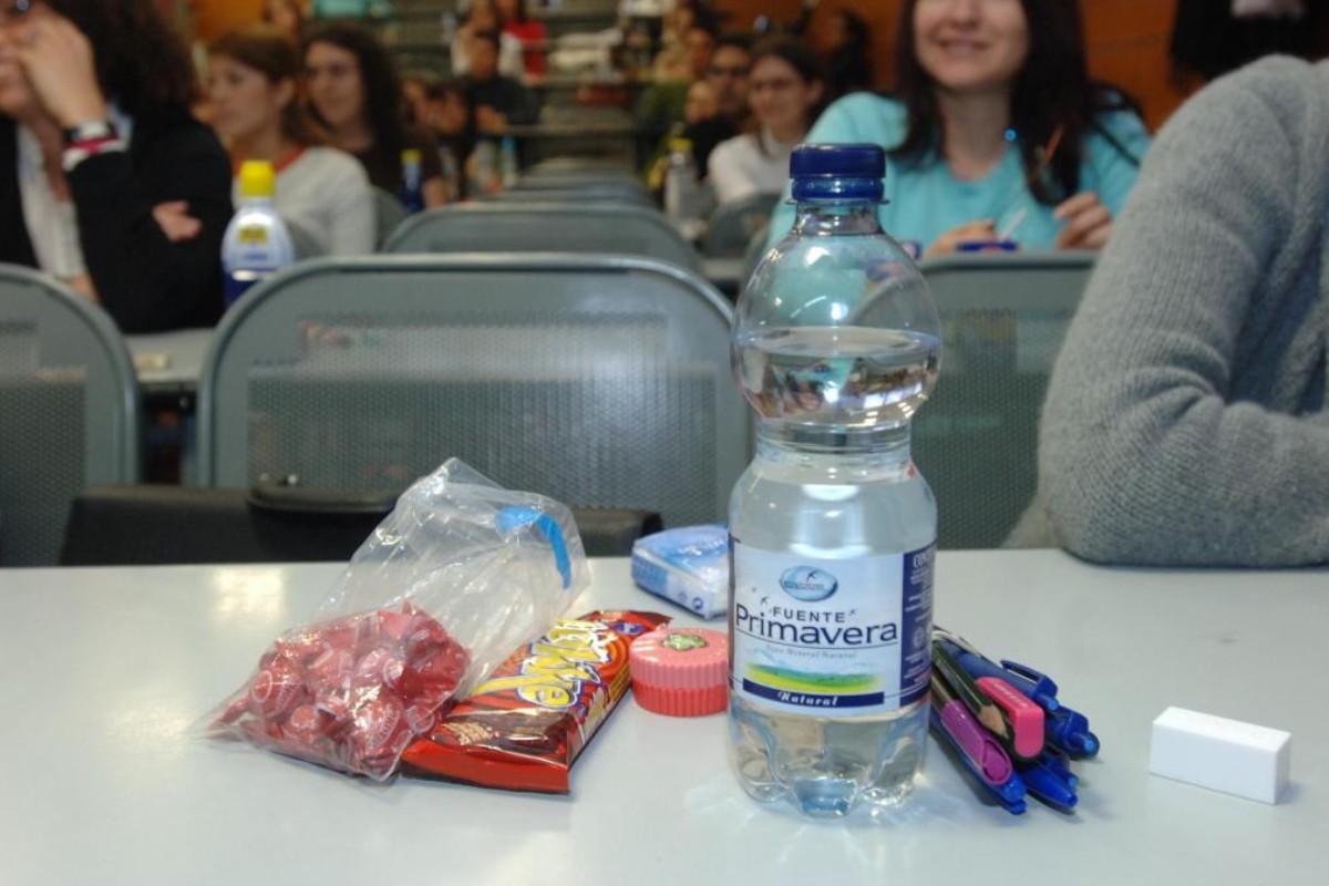 """Sanidad señala que en los casos en los que sea """"imprescindible"""" consumir alimentos durante el examen, se deberá pedir autorización al interventor de mesa."""