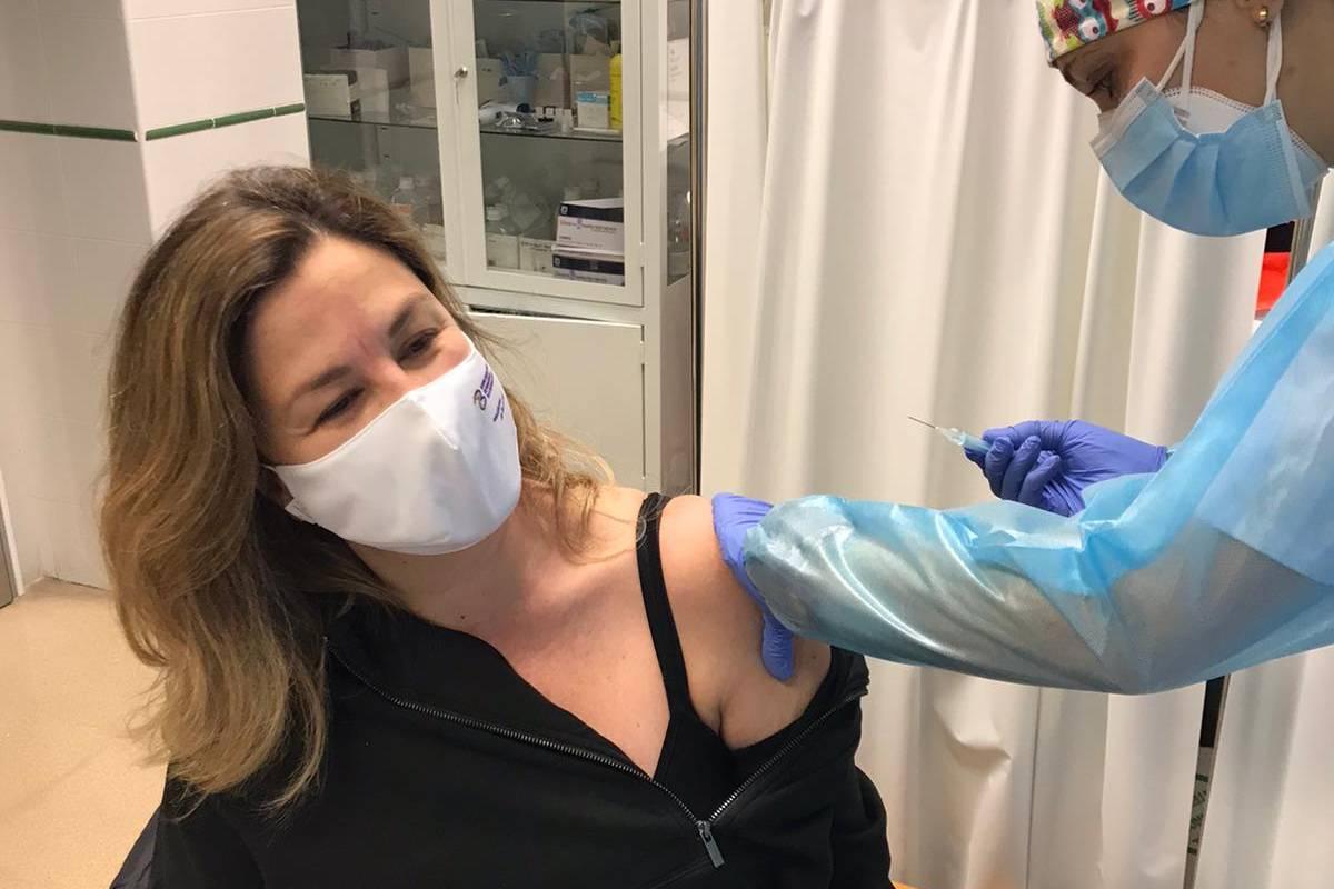 Fernanda Pérez, vocal de Ortopedia del COF de Badajoz (menor de 55 años), vacunándose..