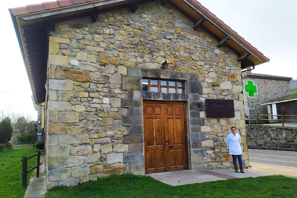 Olga Cacicedo, que pasó de ser farmacéutica Olga Cacicedo, con farmacia VEC en las Rozas de Valdearroyo, un pueblo de Cantabria de unos 300 habitantes.